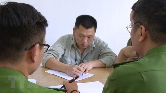 涉案嫌犯魏鴻秋在公安派出所親筆書寫供詞。