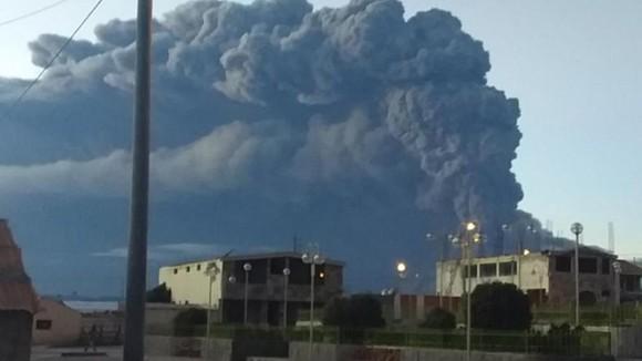 秘魯烏維納斯火山噴發,噴出約5000米高的灰柱。(圖源:El Comercio)