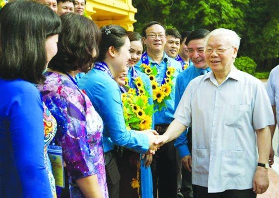 總書記、國家主席阮富仲(右)與各代表親切交談。(圖源:松林)