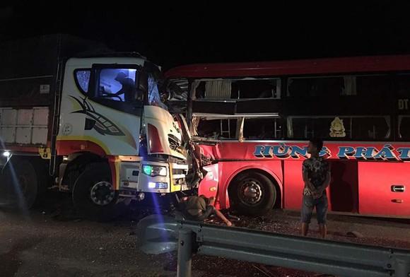 客車與卡車迎頭相撞,導致客車司機曾廷福當場慘死。(圖源:VOV)