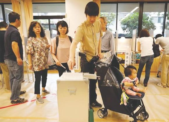 選民在投票站投票。(圖源:互聯網)