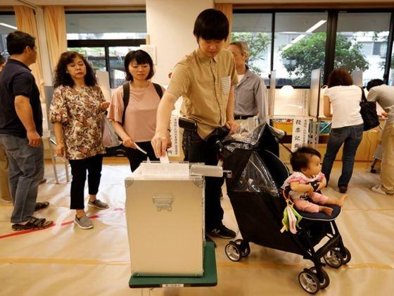 日本民眾對2019年日本參議院選舉進行投票。(圖源:路透社)