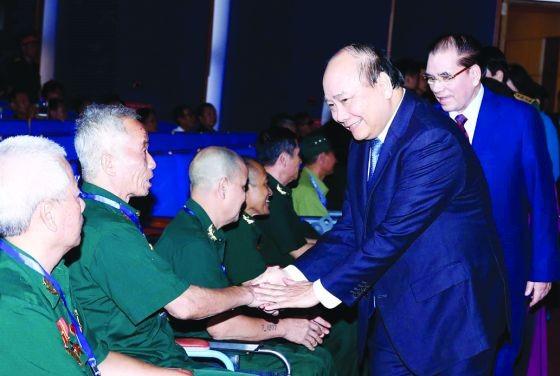 政府總理阮春福(前右)同與會代表親切握手,互致問候。(圖源:越通社)
