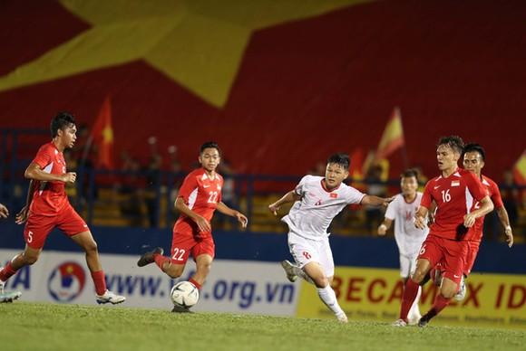 越南(白衣)-新加坡比賽一瞥。(圖源:互聯網)