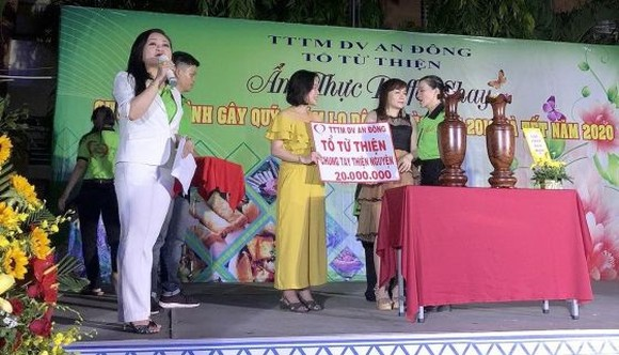 安東貿易勞務中心的商販參加慈善拍賣活動。