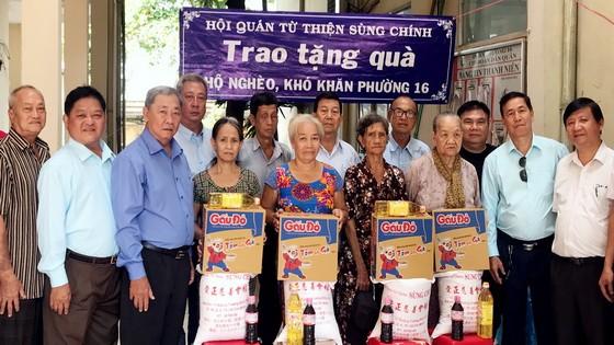會館各理監事向貧困人家贈送禮物。