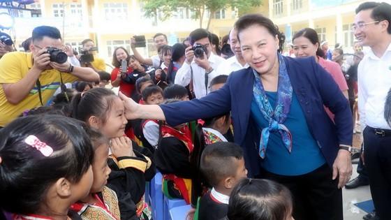 國會主席阮氏金銀問候少數民族學生。(圖源:越通社)