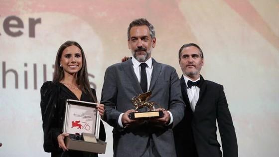 導演托德‧菲利普斯(中)上台領獎。(圖源:互聯網)
