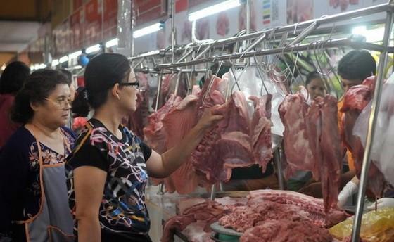 消費者在濱城市場購買豬肉。