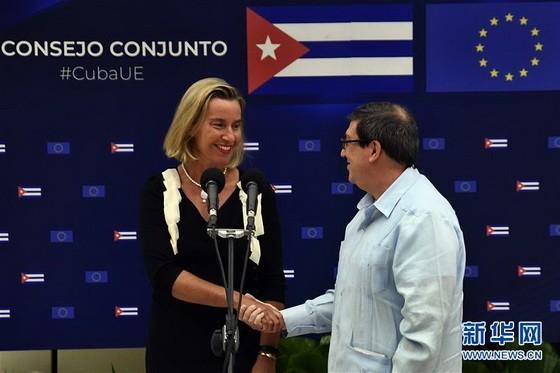 9月9日,在古巴哈瓦那,古巴外長羅德里格斯(右)與歐盟委員會副主席兼外交和安全政策高級代表莫蓋里尼在第二屆古巴—歐盟聯合委員會會議後出席新聞發佈會。(圖源:新華社)