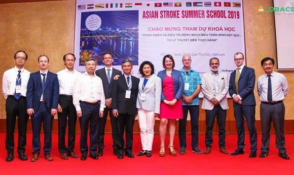 Bác sĩ nước ngoài đến Việt Nam học tập về đột quỵ ảnh 1