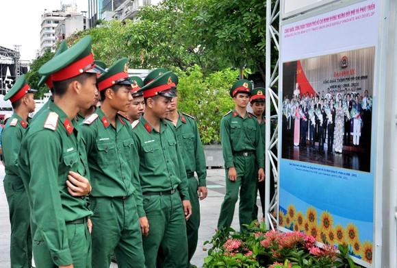 Khai mạc triển lãm 'Công đoàn Việt Nam – 90 năm một chặng đường lịch sử' ảnh 4