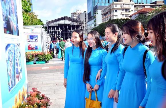 Khai mạc triển lãm 'Công đoàn Việt Nam – 90 năm một chặng đường lịch sử' ảnh 5