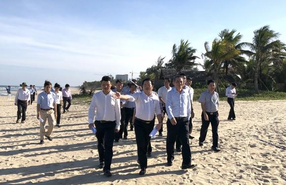 Bí thư Thành ủy Đà Nẵng kiểm tra đột xuất công trình mở lối xuống biển ảnh 1