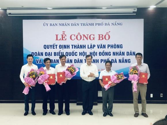 Ông Huỳnh Đức Thơ, Chủ tịch UBND TP Đà Nẵng trao Quyết định bổ nhiệm và tặng hoa cho Chánh Văn phòng và các Phó Chánh Văn phòng hợp nhất