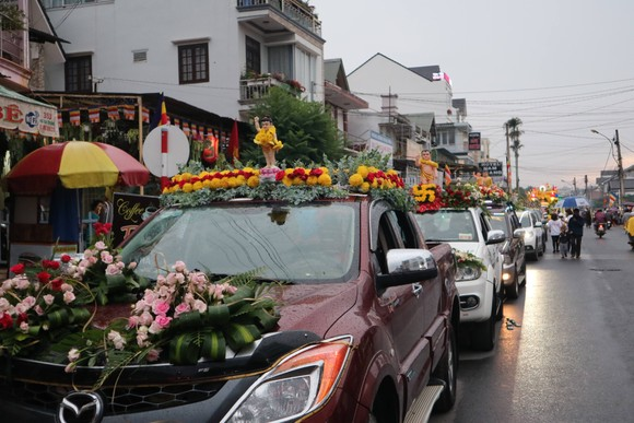 Chiêm ngưỡng đoàn xe hoa rực rỡ mừng Phật đản ở Đà Lạt ảnh 9