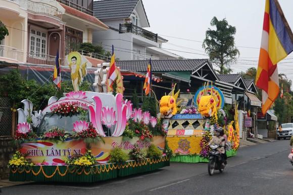 Chiêm ngưỡng đoàn xe hoa rực rỡ mừng Phật đản ở Đà Lạt ảnh 1