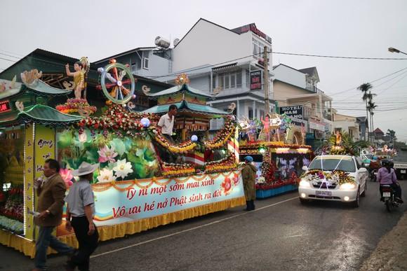 Chiêm ngưỡng đoàn xe hoa rực rỡ mừng Phật đản ở Đà Lạt ảnh 2