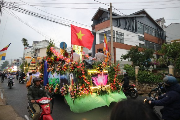 Chiêm ngưỡng đoàn xe hoa rực rỡ mừng Phật đản ở Đà Lạt ảnh 11