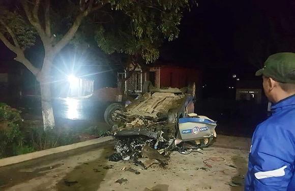 Va chạm với xe máy rồi lật ngửa, 3 người trên taxi tử vong ảnh 1