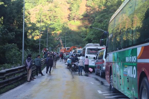 Sạt lở trên đèo Bảo Lộc, phương tiện ùn ứ kéo dài ảnh 2