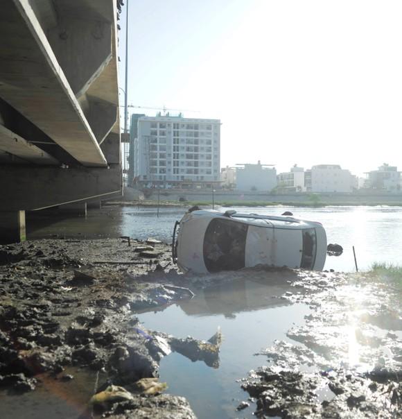 """Taxi """"bay"""" qua lan can cầu, rơi xuống nước từ độ cao 6m ảnh 2"""