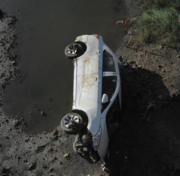 """Taxi """"bay"""" qua lan can cầu, rơi xuống nước từ độ cao 6m ảnh 3"""