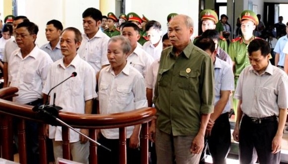 Former officials of Dong Tam commune and My Duc district at the bar of the first instance court opened on August 8 (Photo: SGGP)