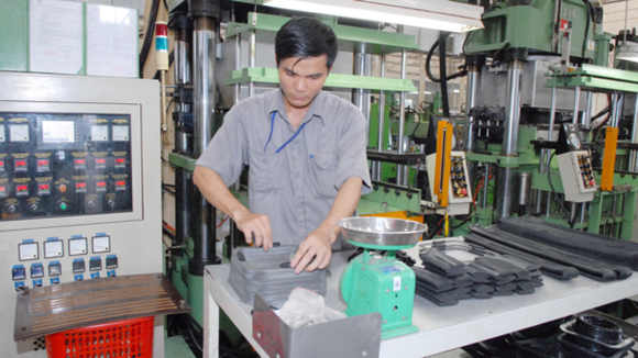A worker at a company in HCMC (Illustrative photo: SGGP)