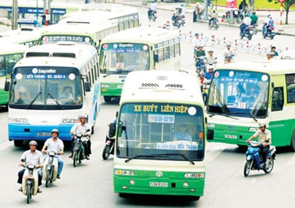 Buses operating in HCMC. The city has halted implementation of the first BRT route in Vo Van Kiet-Mai Chi Tho boulevards (Photo: SGGP)