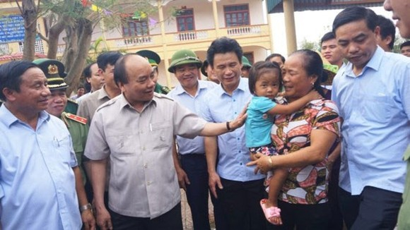 Prime Minister Nguyen Xuan Phuc visits residents in Ky Anh town (Photo: SGGP)