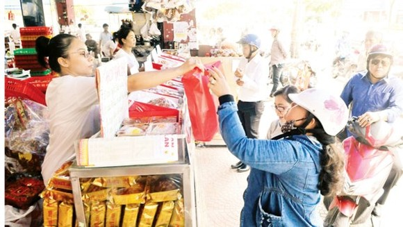 Customers buy full moon cakes at a shop, District 1, HCMC (Photo: SGGP)