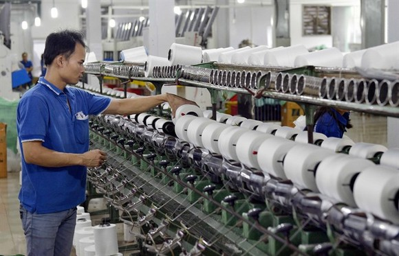 Thread production assembly at the Trung Dung Ltd Co in the capital city's Thanh Tri District. (Photo: VNA/VNS)
