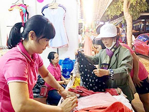 Staff of a business in HCMC introduce products to consumers (Photo: SGGP)