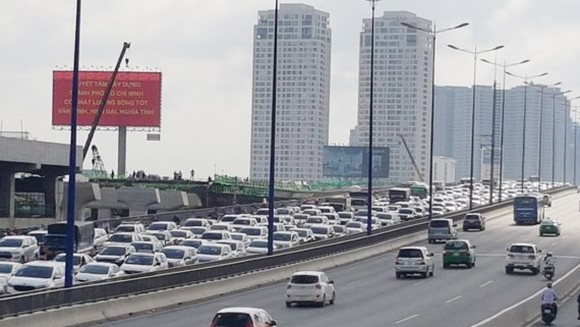 Thousands of automobiles line up in Saigon Bridge towards the center area of HCMC (Photo: SGGP)