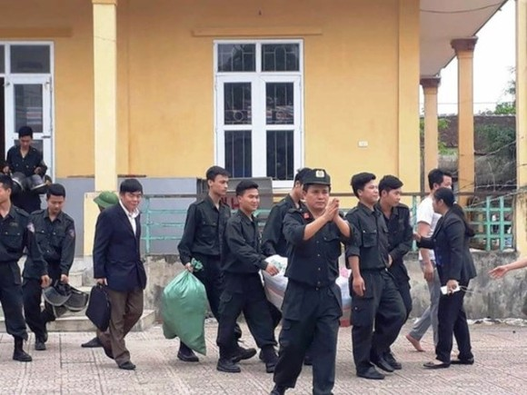 All policemen and officials were released on April 24 after they were captured by local residents in Hoanh Village over a land dispute (Photo: SGGP)