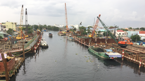 The under construction tidal flood control work in Phu Dinh wharf in District 8 (Photo: SGGP)