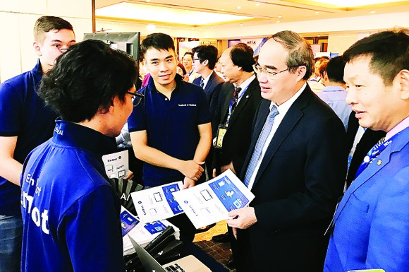 HCMC Party Chief Nguyen Thien Nhan talks to Japanese engineers about smart city solutions at Inl't Smart Cities Conference on October 25 (Photo: SGGP)
