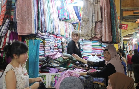 Customers buy scarfs at a stall in Ben Thanh Market, HCMC (Illustrative photo: SGGP)