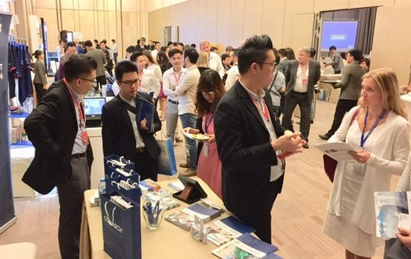 Participants chat at the Indochina Retail Technology & Innovation Summit 2017 (Photo: VNA)