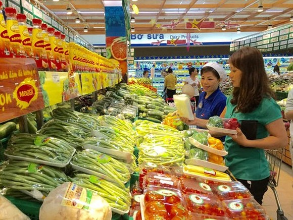 A customer buying vegetables at a supermarket in HCMC (Photo: SGGP)
