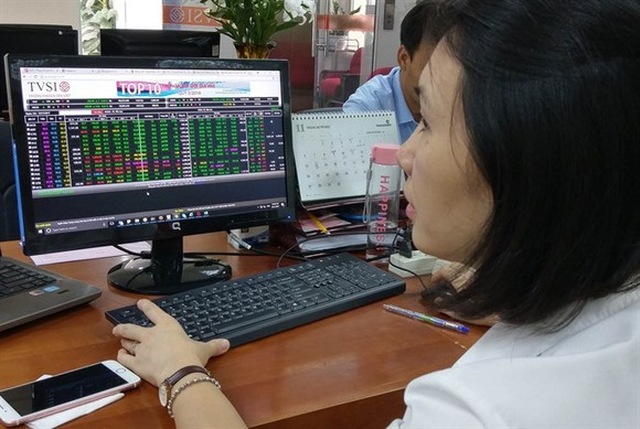An investor watches share prices at Tân Việt Securities Company. (Photo: VNS)