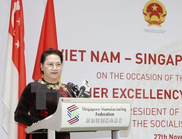 NA Chairwoman Nguyen Thi Kim Ngan speaks at the Vietnam-Singapore Business Dialogue. (Source: VNA)