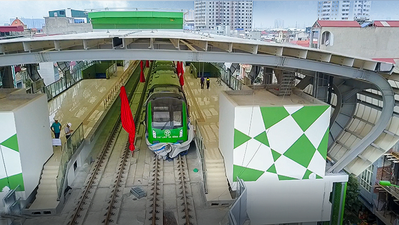 The train in La Khe station under Cat Linh-Ha Dong urban railway project