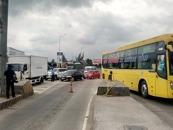 Many drivers have stopped their vehicles at Can Tho-Phung Hiep BOT toll gate and refused to buy tickets to oppose toll levels for the last few days (Photo: SGGP)