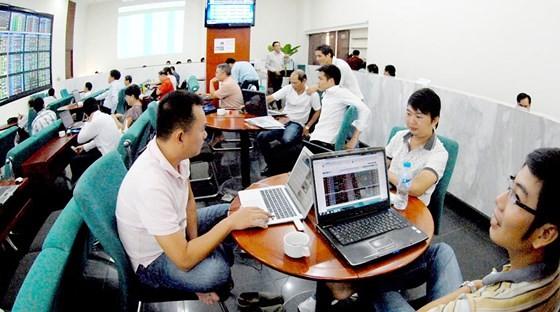 Investors at a stock company (Photo: SGGP)