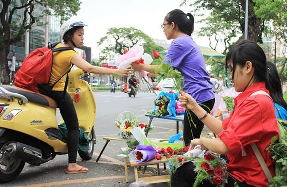A flower selling spot in Nguyen Van Cu street (Photo: SGGP)