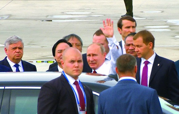 President Vladimir Putin waves to international reporters and the Vietnamese people when arriving in Da Nang to attend the APEC submit in November, 2017 (Photo: SGGP)