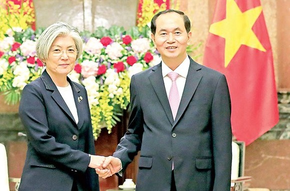 President Tran Dai Quang shakes hand with Foreign Minister of the Republic of Korea Kang Kyung Wha on March 9. (Photo: VNA)