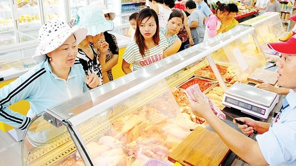 Customers at a convenience store in HCMC (Photo: SGGP)